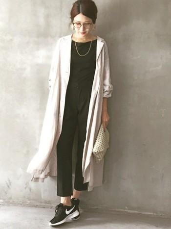 黒で統一したコーデに白のシャツワンピースを羽織った、軽やかさのあるコーディネート。ヒールではなく、スニーカーで外すとこなれ感が生まれます。