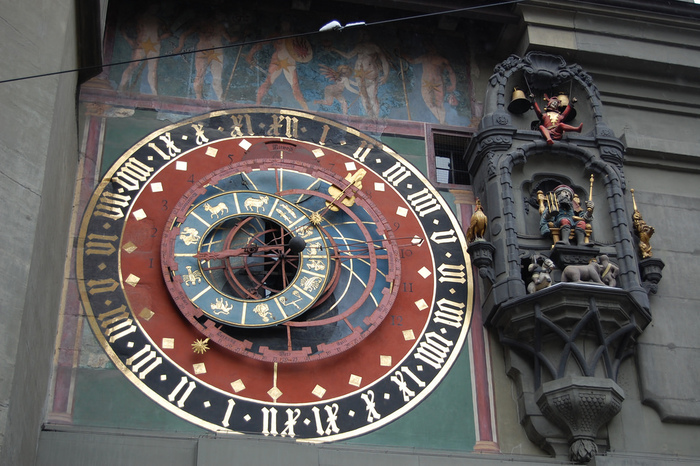 スイスで最も古い時計塔のひとつに数えられるツィットグロッゲは、正時毎に仕掛け時計が動きます。音楽にあわせながら熊が踊り道化師が登場する複雑な仕掛けは、スイスが持つ時計技術の高さを物語っています。