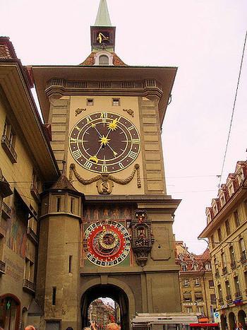 ベルンのシンボルともいえる建物、ツィットグロッゲ(時計塔)は13世紀に建てられたものです。かつてはベルンの街を取り囲む外壁の西門としての役割を果たしていました。
