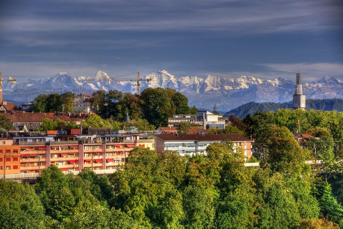 アルプスを背景に、湾曲したアーレ川に抱かれたスイスの首都ベルンは、まるで絵葉書のように美しい街並みをしています。