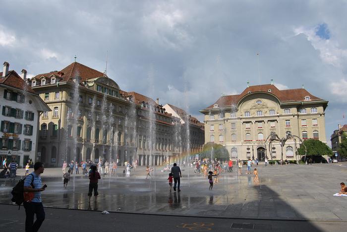 連邦議事堂に面した大きな広場、ブンデス広場はいつも大勢の人々で賑わっています。広場から噴き出す噴水のしぶきが陽射しを浴びて虹を作り出し、壮麗な広場の美しさを引き立てています。