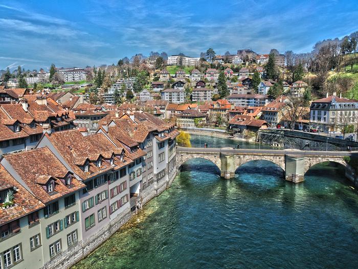 青い水面のアーレ川、川に架けられた石造りのアーチ橋、悠久の歴史を物語る旧市街の街並みが織りなし、アーレ川付近からは、絵画のように素晴らしい景色を眺めることができます。