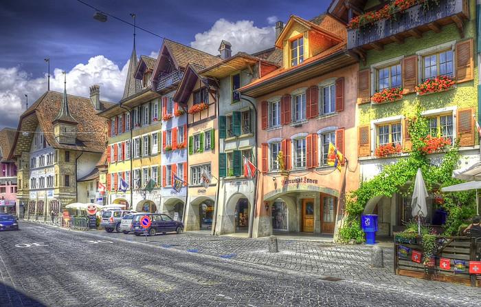 石畳の路地の両横には、パステルカラーの壁と赤レンガ色をした屋根の家々が軒を連ねています。中世の面影を色濃く残すベルン旧市街に一歩足を踏み入れると、まるで数世紀前にタイムスリップしたかのような気分を覚えます。