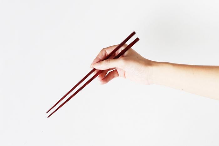 毎日何度も登場するもの、実はお箸ですよね。このお箸はすらっと細く手にもしっくり馴染むのでよりおいしくごはんが進みそうですよね。