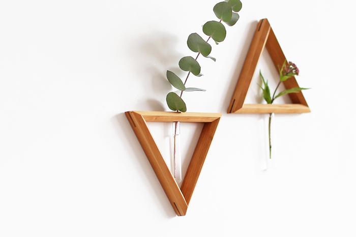 三角が目を惹くオシャレなフラワーベース。独特な雰囲気がありつつもこんなフラワーベースがお部屋に飾ってあったらオシャレですよね。