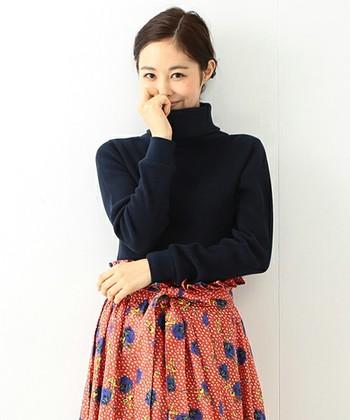 シンプルなタートルネックは、個性的なスカートと合わせるとかわいですよね。ネイビーやブラックのタイトなタートルネックは、ふんわり柄スカートとも相性抜群です。