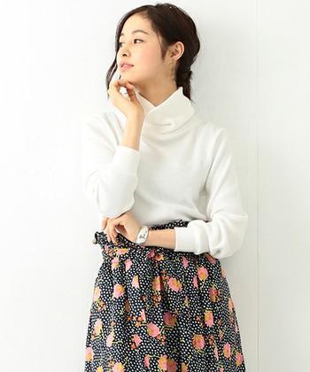 清潔感のある白いタートルネックも、ふんわり柄スカートと合わせてみたいアイテムです。スカートに濃いめの色を選べば、膨張することなく失敗しません。