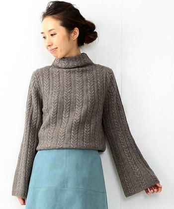丈が短いタイプのタートルネックは、長い&ハイウエストなボトムスと相性抜群!お気に入りのスカートと合わせてレディライクに着こなしちゃいましょう。やわらかなグレーとくすみかかった水色の組み合わせが、冬の空みたいで素敵です。