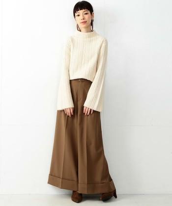 雪のようなオフホワイトが可愛らしい短い丈のタートルネック。ロングスカートのような末広がりのワイドパンツが、ロマンティックな気分を盛り上げます。