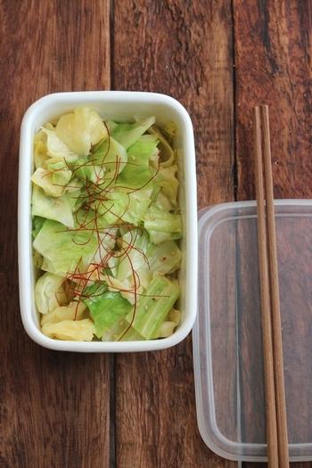 箸が止まらなくなるような、旨辛キャベツのレシピ。キャベツをチンして、調味料で和えるだけとお手軽。常備菜として冷蔵庫に入れておけば、一品添えたい時に便利です。