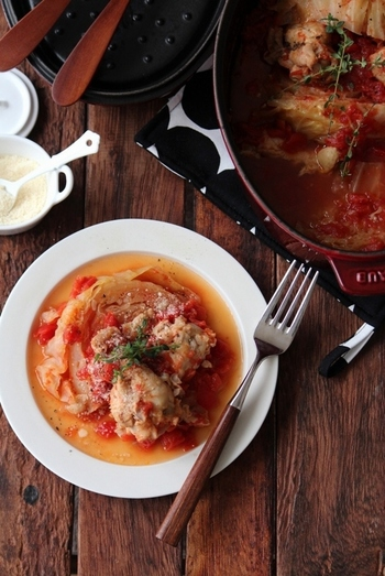 寒くなってきたら食べたい、じっくりコトコト煮込むトマト煮込みのレシピ。キャベツ1/4個を消費できます。手羽元やトマトのスープが染みわたり、ホッとする味になりますよ。