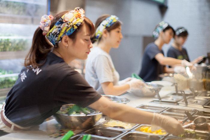サラダは一点一点その場で手作りして提供されます。出来立て、新鮮なサラダを味わうことができるんですね。