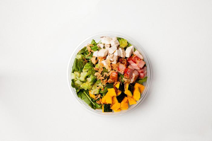秋の季節限定のサラダ。色鮮やかなかぼちゃの甘みとホクホクとした食感が季節を感じさせてくれます。秋らしいマッシュルームの風味も魅力。食べ応えのある厚切りベーコンが食欲をそそります。
