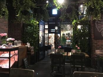 店内は、まるで植物園の中にいるかのよう・・・。花と緑に囲まれた心地良い時間を体感できます。