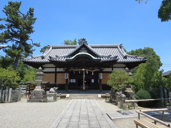 奈良県奈良市にある菅原天満宮では、6月25日に誕生祭と鷽替え神事が行われ、こちらは大勢でその場で交換をしています。