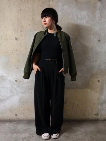 黒のワントーンコーディネートにMA-1を羽織って。カジュアルな着こなしにはもちろん、きれいめアイテムとも相性が良いですよ◎
