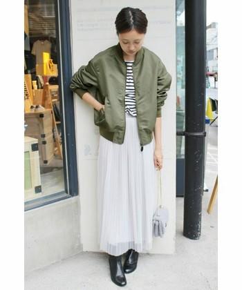 MA-1とシフォンのマキシスカートと合わせた甘辛ミックススタイル。甘さとかっこよさのバランスが絶妙です。