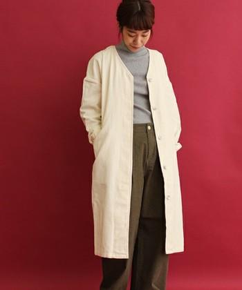 暖かみのあるコーデュロイ素材のガウンコートです。すっきりとしたノーカラーなら、ストールを巻いても邪魔になりません。