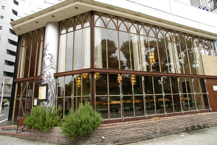 この大きな窓ガラスが目印です。よくドラマの撮影地にもなる有名なカフェレストランですが、ランチの時間は早めに行けばスムーズに案内してもらえます。