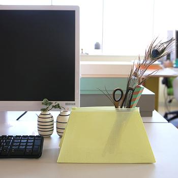 北欧の注目ブランド「HAY(ヘイ)」のユニークなメッシュポーチ。しっかりした素材なのでデスクに立てて置くこともできます。家から使いやすい文具を持参しているなら、そのまま持ち運び出来て便利に使えますね◎