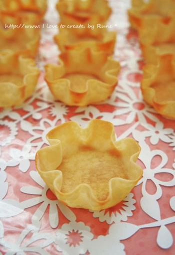 餃子の皮でカップを作って、好きなフィリングや具材を入れれば、見た目もお洒落なひとくち料理に。
