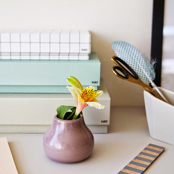 癒し、と言えばやっぱりお花。デンマークの陶磁器メーカー、ケーラー社製のミニフラワーベースはデスクでも気軽に使えるサイズなのが嬉しいですね。味のあるくすんだカラーと手作りならではの温かみのあるフォルムに癒されること間違いなしです!