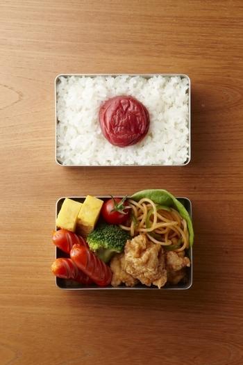 5号サイズの大きな梅干を入れれば、日本の国旗と同比率の「ザ・日の丸弁当」が完成するという面白い仕掛けもあります。大人はおかず用とご飯用に2つどうぞ♪