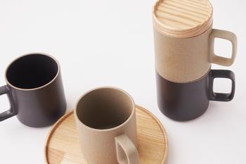 こちらのHASAMI PORCELAIN(ハサミポーセリン)のテーブルウェアシリーズは、個々が共通の直径でデザインされているのでスタッキングが可能。オフィスにおススメなのはシンプルな直線のマグカップ&同じ直径の木のトレイです。