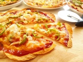 餃子の皮を1枚ではなく数枚使えば、大きなピザも作れちゃいます。美味しそうな焼き色ですね。