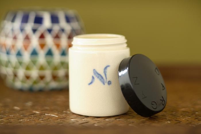 アルガンオイルとは、モロッコの乾燥地帯で生育するアルガンの木から採れる実の中からほんの僅かな量しか抽出できない貴重なオイル。そしてそのオイルは美肌や抗酸化作用があるので化粧品業界から大変注目されています。肌にいいだけでなく食用としても使える安全なオイルで食べても美容効果や生活習慣病予防など様々な効果が期待できます。そんな貴重なアルガンオイルをベースにして作られたのがこのクリーム。