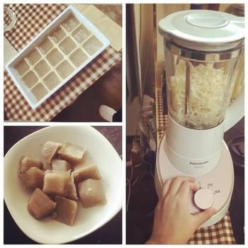 えのきをミキサーなどでペースト状にしてから、鍋で煮詰めます。その後製氷皿などで凍らして完成です。 炊飯器を使うことで煮詰める手間を減らす方法もあります。