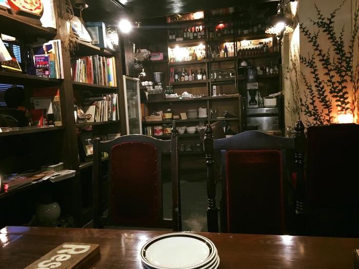 夕暮れ時はムーディな雰囲気でゆったりとした時間を過ごせそう。まるで外国のお店に来たような気持ちになります。