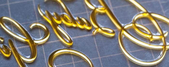 一方ディープレリーフ樹脂凸版を使用した印刷は、高いデザイン性と柔らかな凹凸が魅力。活字活版では表現できない優美さと絵画性が特徴です。カードの華になるデザインを作り出してくれます。