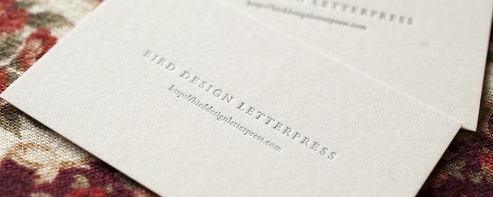 活版印刷によって、厚みのある紙に印刷された文字に陰影の表情が添えられています。活版印刷の上質な質感を思わせる名刺です。紙と文字の美しさを存分に楽しむことができるデザインですね。