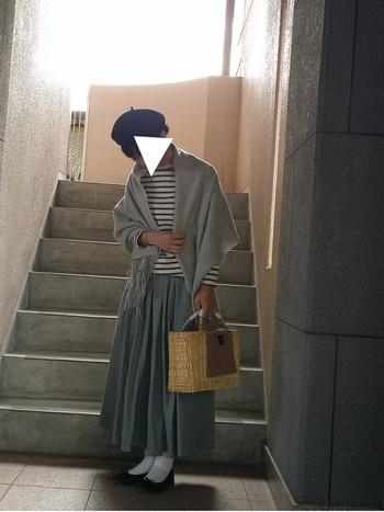ロングスカートの落ち着いた秋の装いにピッタリなのがストール。女性らしいシルエットになりますね。ベレー帽とバレエシューズを合わせてクラシックなコーデにしましょう。