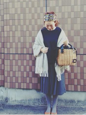 ストールはお出かけにもピッタリ。タイツや靴下の色と合わせると統一感が出ます◎ ここ数年、通年のコーディネートにかごバッグを取り入れる人が増えています。ハンドルにレザーなど重めの素材が使われていると、秋冬のコーディネートにもしっくりマッチしますね♪