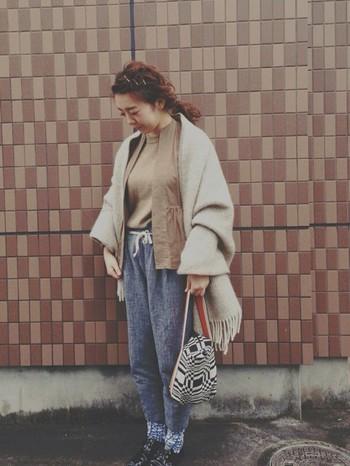 リラックスパンツ×ストールの優しいコーデも靴がエナメルできちんと感があるのでお出かけにもOK。バッグや靴下に柄を持ってくるのはオシャレ上級者って感じがしますね。