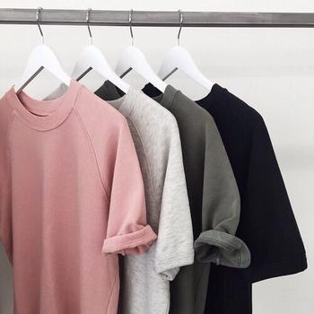 3つに仕分けした内のよく着る服はクローゼットへ。そうでない服は、購入金額や着なかった理由などを思い出してから捨てましょう。そしてしっかりジャッジしたいのが、残りのどっちにも属さない悩みどころが満載な服です。