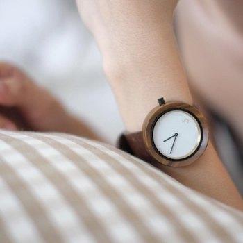 チークウッドの木目と真っ白な文字盤が優しい雰囲気。自然を感じる時計で忙しい毎日に癒しを。