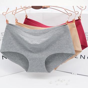 使用頻度の高いショーツは傷みやすい為、一年程度が消費期限。ゴムの緩みや取れない汚れがあったら即交換しましょう。汚れた下着は運気も下げてしまいますからね。