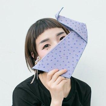 折鶴のクラッチ、チェーンをつければポシェットにも。折り紙で遊んだ思い出がよみがえる、懐かしいデザインですね。