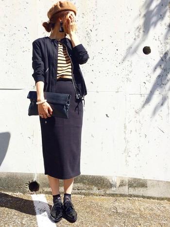 タイトなミモレ丈のスカートにはレースソックスで女性らしさをプラス♪ほどよい透け感がオシャレですね。