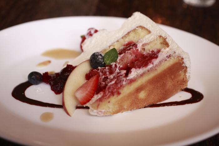 こちらは、ケーキセットのイチゴをたっぷりと挟んだショートケーキ。断面がとっても美しいですね。