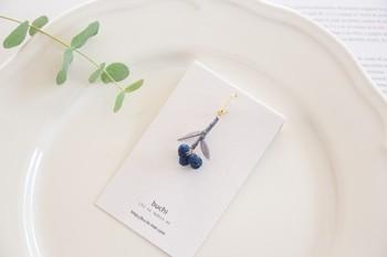 「糸に魔法を」をコンセプトに、 独自の技法で刺繍糸を加工したアクセサリーを手づくりするbuchiさん。優しい人柄が伝わってくるような繊細な作品が日常に彩りを与えてくれます。