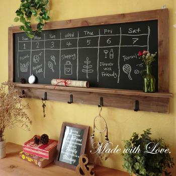 こちらは、ワイドなアンティーク風の木製黒板。キッチンに飾るだけで一気にカフェ風になるのでおすすめです。手づくりのあたたかみのある、ありそうでなかった雑貨です。