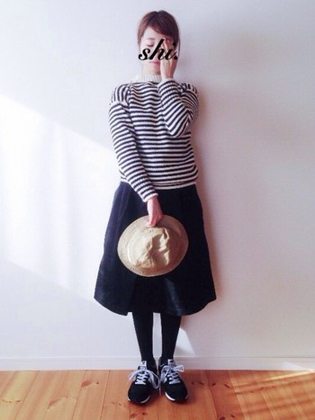 体のラインがほどよく出るボーダーニットは、それだけで女性らしい雰囲気を演出できますね。ボリュームのあるコットンスカートにスニーカーをあわせてサファリハットのような雰囲気の帽子をプラスした絶妙バランスのコーディネートです♪