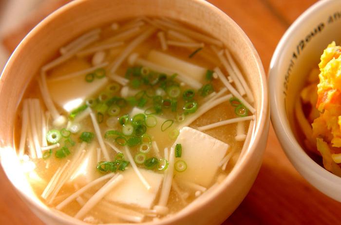 えのきと豆腐を使ったお味噌汁。えのきの食感が美味しく、ほっこり安心する味わいです♪