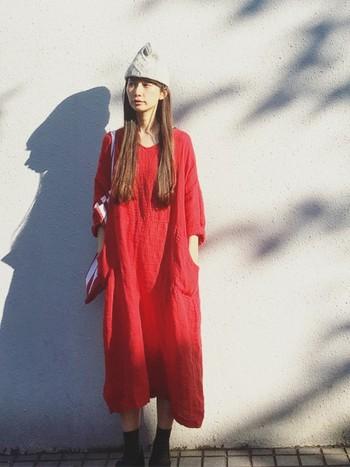 やさしいお色のニット帽をちょこんとかぶって、可愛らしい雰囲気に。空が高い秋の日差しが似合う、さわやかなコーディネートですね。