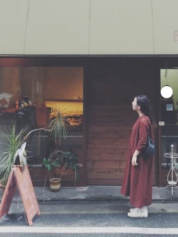 赤ワンピースは一枚さらっと着るだけで、雰囲気が出ます。あとは小物やアウターなど合わせるアイテム次第で、大人っぽくも可愛らしくもなりますよ。