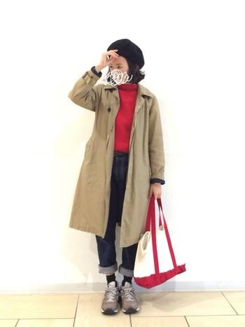 """赤ニットに加え、赤い持ち手のトートバッグをプラスした、カジュアルながらとってもおしゃれなコーディネート。カジュアルな組み合わせでも""""色""""に気を使うことで、こなれ感のある着こなしになりますよ。"""